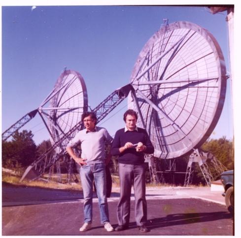 Barberis e Vicini davanti ai paraboloidi verso Monte Vergine Monte Mancuso Base IMMZ di Monte Mancuso, Catanzaro, luglio 1974.