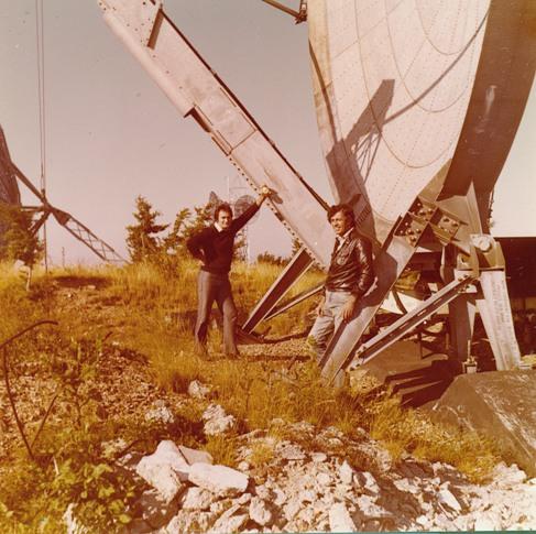 Barberis e Vicini davanti alle parabole da 10 metri su Ischia base IMMZ di Monte Mancuso, Catanzaro, 1974.